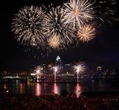 Fuochi d'artificio sopra Cincinnati Fotografia Stock