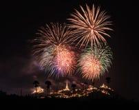 Fuochi d'artificio sopra il chedi Fotografie Stock