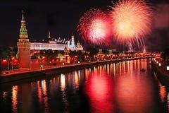 Fuochi d'artificio sopra il Cremlino nella notte Fotografia Stock