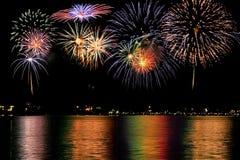 Fuochi d'artificio sopra il lago immagine stock libera da diritti