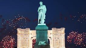 Fuochi d'artificio sopra il monumento centro urbano a Pushkin, Mosca La Russia archivi video