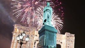 Fuochi d'artificio sopra il monumento centro urbano a Pushkin, Mosca La Russia video d archivio