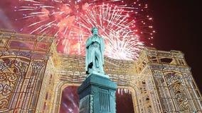 Fuochi d'artificio sopra il monumento centro urbano a Pushkin, Mosca La Russia con lo zoom archivi video