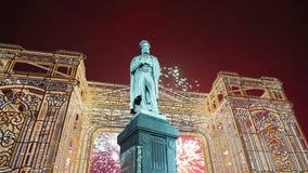 Fuochi d'artificio sopra il monumento centro urbano a Pushkin, Mosca La Russia con lo zoom stock footage