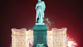 Fuochi d'artificio sopra il monumento centro urbano a Pushkin, Mosca La Russia con lo zoom video d archivio