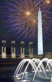 Fuochi d'artificio sopra il monumento di Washington, CC, alla notte Immagine Stock