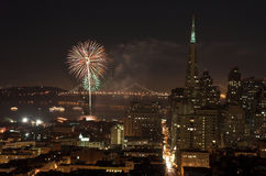 Fuochi d'artificio sopra il ponticello della baia, San Francisco Fotografia Stock Libera da Diritti