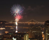 Fuochi d'artificio sopra il ponticello della baia, San Francisco Fotografia Stock