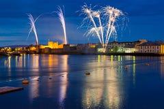Fuochi d'artificio sopra il re John Castle in Limerick Immagini Stock