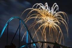 Fuochi d'artificio sopra il Rollarcoaster Immagini Stock