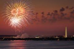 Fuochi d'artificio sopra il Washington DC Fotografia Stock