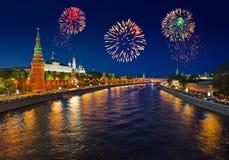 Fuochi d'artificio sopra Kremlin a Mosca fotografia stock