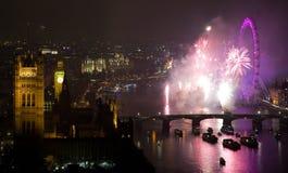 Fuochi d'artificio sopra l'occhio e Westminster di Londra Fotografie Stock