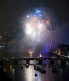 Fuochi d'artificio sopra l'occhio e Westminster di Londra Immagine Stock Libera da Diritti