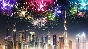 Fuochi d'artificio sopra l'orizzonte del Dubai alla notte Fotografie Stock