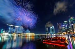 Fuochi d'artificio sopra la baia del porticciolo Fotografie Stock Libere da Diritti