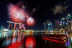 Fuochi d'artificio sopra la baia del porticciolo Immagine Stock