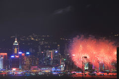 Fuochi d'artificio sopra la baia a Hong Kong Immagini Stock