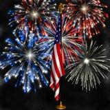 Fuochi d'artificio sopra la bandierina degli Stati Uniti Fotografie Stock