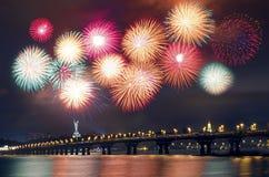 Fuochi d'artificio sopra la città Immagini Stock Libere da Diritti