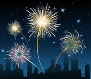 Fuochi d'artificio sopra la città Fotografia Stock