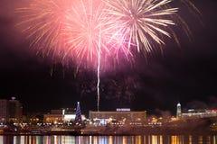 Fuochi d'artificio sopra la città fotografia stock libera da diritti