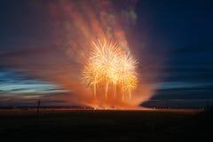 Fuochi d'artificio sopra la città di fuochi d'artificio colorati Multi contro lo sfondo del cielo di tramonto Immagini Stock Libere da Diritti