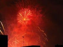 Fuochi d'artificio sopra le costruzioni Fotografie Stock Libere da Diritti