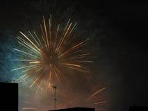 Fuochi d'artificio sopra le costruzioni Immagini Stock Libere da Diritti