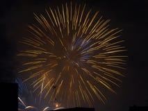 Fuochi d'artificio sopra le costruzioni Fotografia Stock