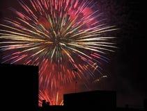 Fuochi d'artificio sopra le costruzioni Immagine Stock Libera da Diritti