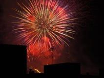 Fuochi d'artificio sopra le costruzioni Fotografia Stock Libera da Diritti