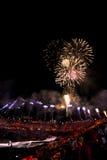 Fuochi d'artificio sopra lo stadio durante il termine con la folla Immagini Stock