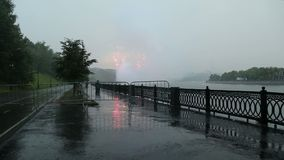 Fuochi d'artificio sopra Mosca vicino al complesso olimpico di Luzhniki del grande di sport stadio dell'arena -- Stadio per la co stock footage