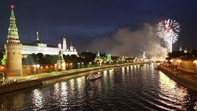 Fuochi d'artificio sopra Mosca vicino al Cremlino, Russia stock footage