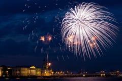 Fuochi d'artificio sopra Neva Immagine Stock