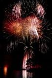 Fuochi d'artificio sopra un lago immagine stock libera da diritti