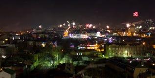 Fuochi d'artificio sopra una città Fotografie Stock
