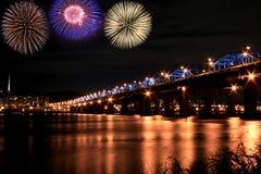 Fuochi d'artificio spettacolari al fiume del han Fotografie Stock
