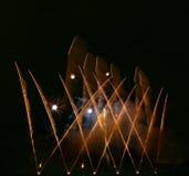 Fuochi d'artificio stupefacenti arancio dorati isolati nella fine scura del fondo su con il posto per testo, festival dei fuochi  Fotografie Stock
