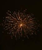 Fuochi d'artificio stupefacenti arancio dorati isolati nella fine scura del fondo su con il posto per testo, festival dei fuochi  Fotografia Stock