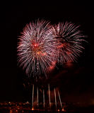 Fuochi d'artificio stupefacenti arancio dorati isolati nella fine scura del fondo su con il posto per testo a Malta Immagine Stock Libera da Diritti
