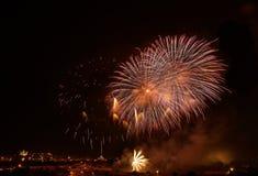 Fuochi d'artificio stupefacenti arancio dorati isolati nella fine scura del fondo su con il posto per testo, Malta Immagini Stock