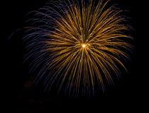 Fuochi d'artificio stupefacenti blu dorati isolati nella fine scura del fondo su con il posto per testo Fotografia Stock