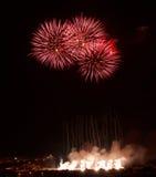 Fuochi d'artificio stupefacenti rossi isolati nella fine scura del fondo su con il posto per testo, Malta Fotografia Stock