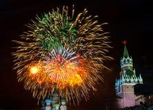 Fuochi d'artificio su settantesima Victory Day sul quadrato rosso Fotografia Stock