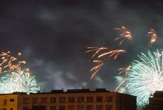 Fuochi d'artificio sui precedenti della costruzione nel cielo notturno Immagini Stock Libere da Diritti