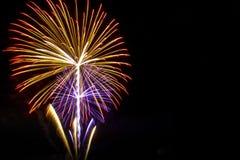 Fuochi d'artificio sui precedenti neri del cielo con la riflessione su acqua a fotografie stock