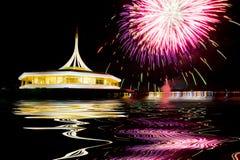 Fuochi d'artificio sui precedenti neri del cielo con la riflessione su acqua a immagine stock libera da diritti