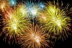 Fuochi d'artificio sui precedenti neri del cielo per il fondo di cerimonia fotografie stock libere da diritti
